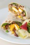 Petit pain ou tornade indien de paneer avec de la salade latérale du plat blanc Photos stock