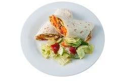 Petit pain ou tornade tandoori indien de poulet avec de la salade latérale Photographie stock libre de droits