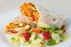 Petit pain ou tornade tandoori indien de poulet avec de la salade latérale Images libres de droits