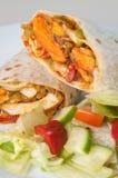 Petit pain ou tornade tandoori indien de poulet avec de la salade latérale du plat blanc Photos stock