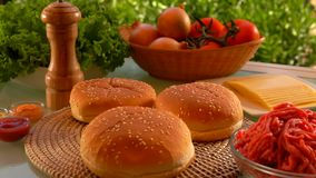 Petit pain pendant des chutes d'hamburger sur la table banque de vidéos