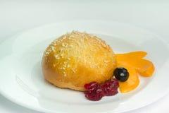 Petit pain savoureux avec des baies Image stock