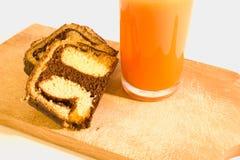 Petit pain simple de chocolat de petit déjeuner avec du jus de carotte Images stock