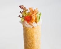 Petit pain Temaki de main de Tempura d'Ebi (crevette) Photo stock