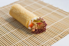 Petit pain Temaki de main de Tempura d'Ebi (crevette) Photographie stock