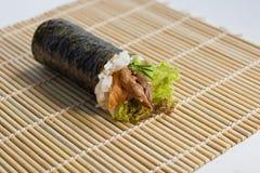 Petit pain Temaki de main de viande Image stock