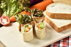 Petit pain végétal sur le fond en bois, nourriture de régime de perte de poids Image libre de droits