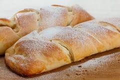 Petit pain vermeil avec un bourrage de la confiture de pomme Image libre de droits