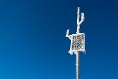 Petit panneau solaire congelé pendant l'hiver Images libres de droits