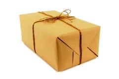 Petit paquet oblong de papier brun attaché avec de la ficelle d'isolement sur le blanc photographie stock libre de droits