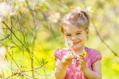 Petit parc ensoleillé heureux de fille au printemps Photos stock