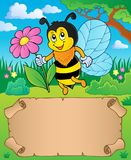 Petit parchemin et abeille tenant la fleur Photographie stock libre de droits