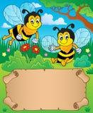 Petit parchemin et deux abeilles heureuses Photos stock