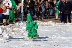Petit participant au festival de Surva dans Pernik, Bulgarie photos stock
