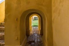 Petit passage arqué à la cour centrale dans la forteresse Photographie stock