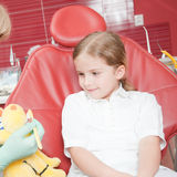 Petit patient au dentiste photos stock