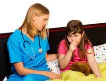 Petit patient présentant la toux grave Image libre de droits
