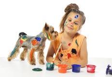Petit peintre malpropre de fille avec le crabot Image stock