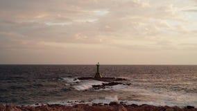 Petit phare en Mer Adriatique Croatie banque de vidéos