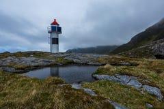 Petit phare sur une roche avec le magma sur le premier plan Photographie stock libre de droits
