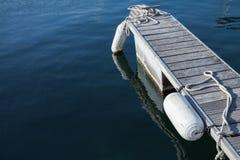 Petit pilier de flottement pour l'amarrage de yachts Photos stock