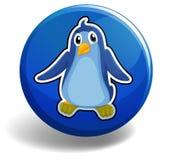 Petit pingouin sur l'insigne bleu Photo stock