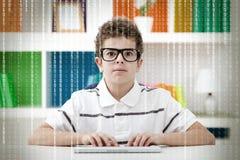 Petit pirate informatique avec le code binaire Image stock