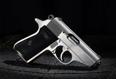 Petit pistolet sur le fond noir Photo stock