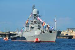 Petit plan rapproché anti-sous-marin de Kazanets de bateau dans les eaux du Neva Préparation pour le jour de marine à St Petersbu images libres de droits