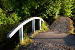 Petit pont au parc de bord de lac Photographie stock