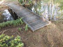 petit pont en bois au-dessus d'un étang Photos stock