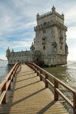 Petit pont menant à la tour de Belem images libres de droits