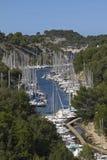 Petit port avec des bateaux dans la région de Calanques, France Image libre de droits
