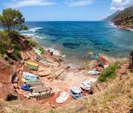 Petit port avec des bateaux de pêche Vue au-dessus de mer et de montagnes Photo stock