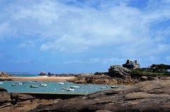 Petit port avec les bateaux et la plage chez Tregastel en Brittany France photo libre de droits