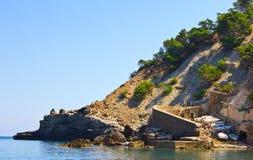 Petit port dans la falaise Photos libres de droits