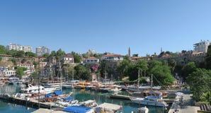 Petit port pour des touristes et des bateaux de navigation dans Antalyas Oldtown Kaleici, Turquie Image stock