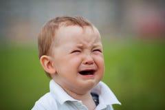 Petit portrait pleurant de plan rapproché de garçon photos libres de droits