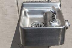 Petit poste d'eau potable argenté Photographie stock libre de droits