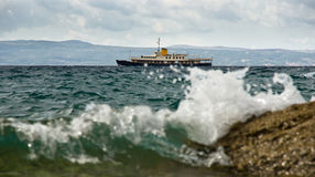 Petit récipient en mer orageuse Images libres de droits