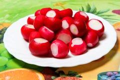 Petit radis organique cru de jardin dans une cuvette sur la table de cuisine Photo libre de droits