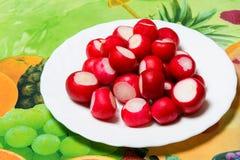 Petit radis organique cru de jardin dans une cuvette sur la table de cuisine Photographie stock
