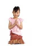 Petit respect asiatique de salaire d'enfant dans le style thaïlandais de costume images libres de droits
