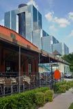 Petit restaurant de patio avec l'immeuble de bureaux photos stock