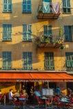 Petit restaurant français typique dans la vieille ville de Nice images stock