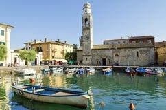Petit, romantique port dans Lazise au policier de lac en Italie Photos libres de droits