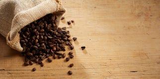 Petit sac de toile de jute rustique des grains de café rôtis image libre de droits