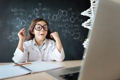 Petit scientifique étonné étudiant la chimie dans le laboratoire images stock