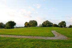 Petit sentier piéton et herbe verte Photos libres de droits