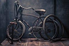 Petit service de difficulté de vélo avec des outils, des roues et le tube image libre de droits